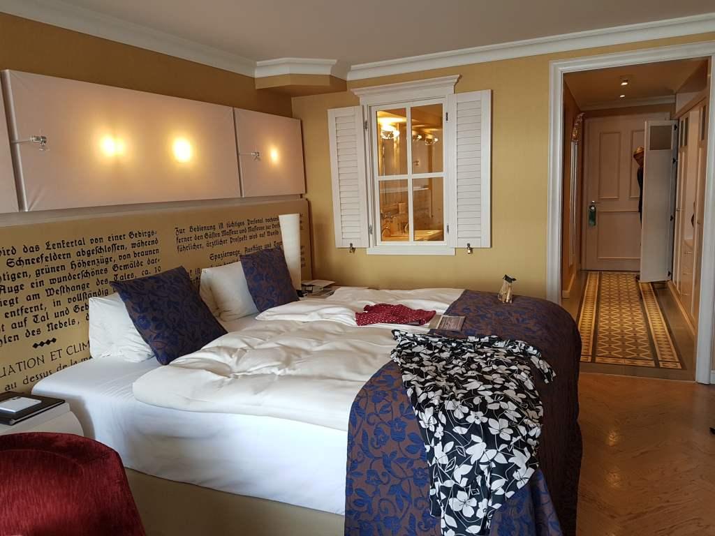 Blick in die Zimmer des Hotels Lenkerhof in Lenk im Simmental, Schweiz.
