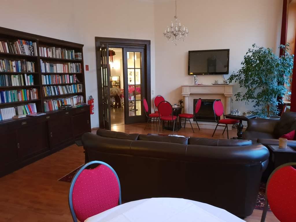 """Bibliothek im Hotel """"Kaiserhof"""" in Bad Liebenstein, Thüringen."""