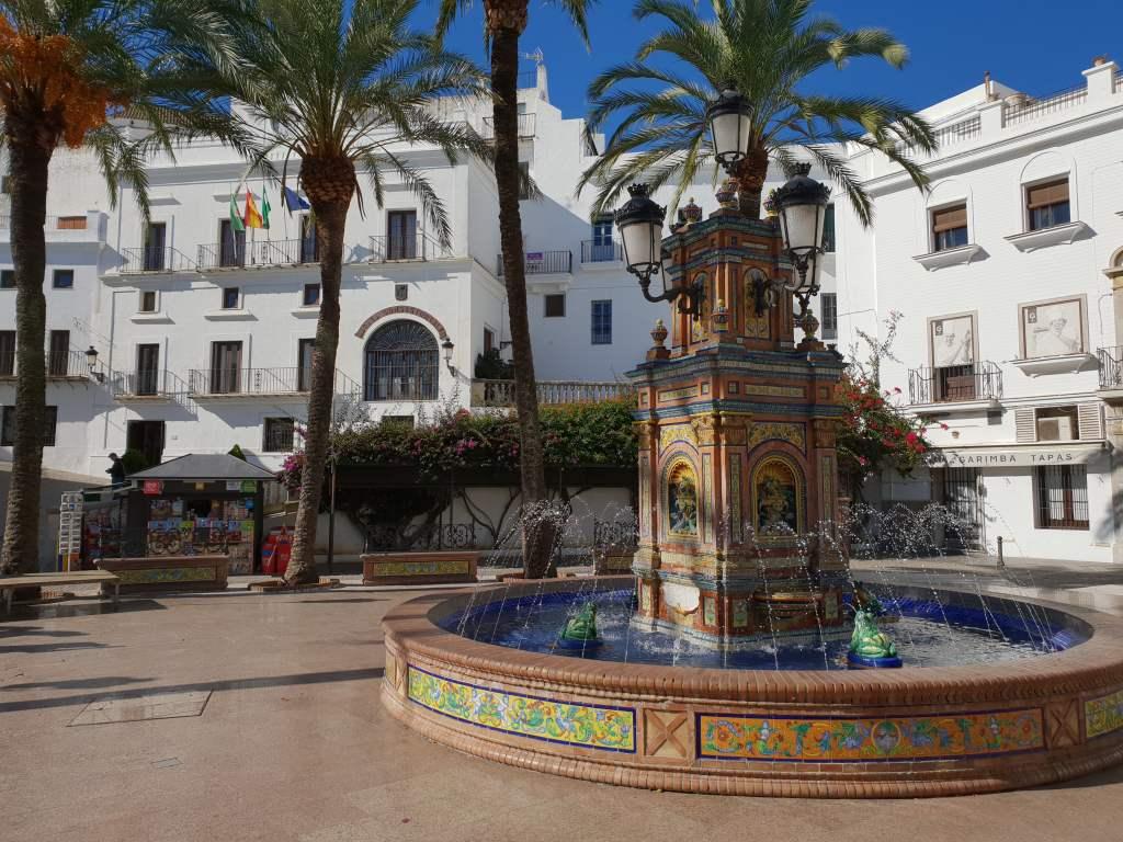 die Plaza España in Vejer de la Frontea in Andalusien, Spanien
