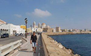 ...die Strandpromenade von Cadíz, an der Costa de la Luz in Spanien