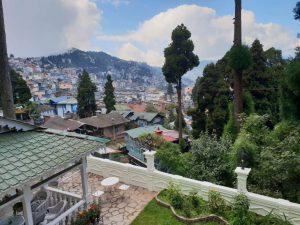 Blick auf Darjeeling im Nordosten Indiens.