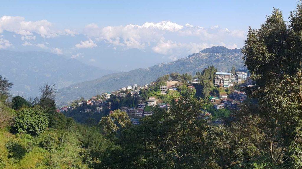 Die indische Hillstation Darjeeling mit dem Kangchendzönga im Hintergrund