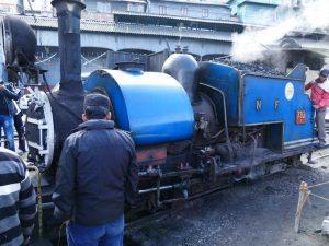 Lokomotive des Toy Trains am Bahnhof in Darjeeling in Indien.