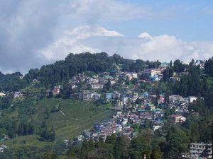 Das Bild zeigt den Blick auf Darjeeling mit dem Kangchendzönga im Hintergrund