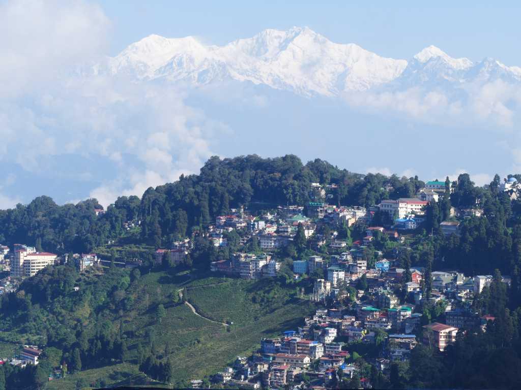 Blick auf die indische Stadt Darjeeling mit dem Kangchendzönga im Hintergrund.,