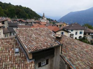 Blick über das Häusermeer des Ortes Carona, hoch über dem Luganer See im Tessin, Schweiz