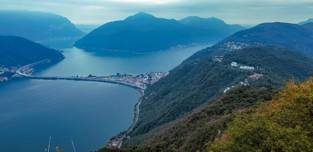 Blick vom San Salvatore hinunter auf den Luganer See im Tessin, Schweiz