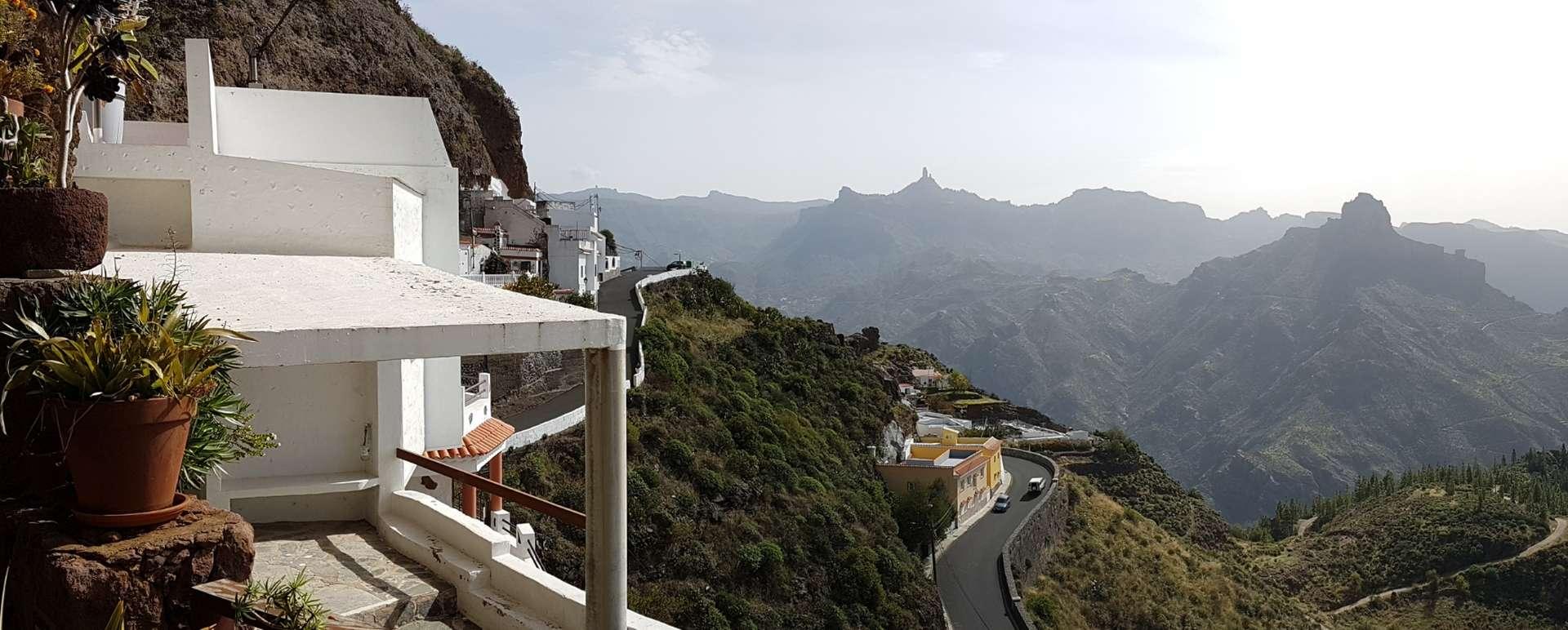 Es gibt Orte, zu denen habe ich eine besondere Beziehung: Gran Canaria, die drittgrößte der Kanarischen Inseln, zählt dazu. Ich kann mich noch gut an meinen ersten Besuch in der Sandkiste im Inselsüden erinnern, an die goldschimmernden Dünen, die wie Meereswellen gegen das Land branden und vom Passatwind mit der Beständigkeit eines Schweizer Uhrwerks immer neu gekrümmt, gefaltet und geprägt werden, an die Herden von Nackedeis, die sich in abgelegenen Winkeln sonnen. Mein erster Besuch: Er liegt viele Jahre zurück, als die meisten Deutschen noch mit dem VW Käfer Richtung Adria düsten und Flüge so unbeschreiblich teuer waren, dass kaum ein Normalverdiener auch nur einen Gedanken an diesen Luxus verschwendete. Womöglich wäre auch ich auf dem Boden geblieben, wenn mir meine Eltern diese Schwelgerei nicht zu meinem Abitur spendiert hätten. Viele Erinnerungen habe ich nicht an jenen Aufenthalt auf Europas Außenposten vor der Küste Afrikas. Wie auch! Mit 18 – und ich erlaube mir für viele Altersgenossen zu sprechen – stand einem damals nicht unbedingt nach Wanderungen oder Radtouren der Sinn: Die landschaftlichen Schönheiten der Insel waren eher etwas für die Busladungen betagter Touristen, die mal etwas Abwechslung zum Strandleben brauchten. Was Gran Canaria für mich so besonders machte: die endlosen Strände, das tiefblaue Meer, das auch im November noch angenehm warm war, die Sonne, die keine Pausen zu kennen schien, nicht zuletzt die Diskotheken, die einem Landei wie eine Offenbarung erschienen. Die nächtlichen Tanzmarathons hatten natürlich ihren Preis: Tagsüber lag der Teutonen-Export am Stand, um mit kaffeebrauner Hautfarbe missgünstige Bekannte neidisch zu machen. Abends schwirrte er in die Dunkelhöllen ab, wo sich halb Europa ein Stelldichein gab. Um es kurz zu machen: Dass Gran Canaria mit Las Palmas eine Hauptstadt besitzt, in der man mehr Zeit als nur einen Nachmittag verbringen kann, dass das Inselinnere berückend schön und der Norden Bilder einer wilden Atlant
