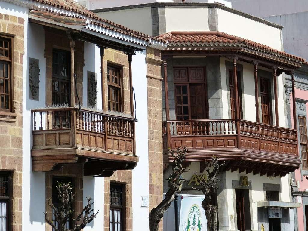 Holzbalkon an einem Haus in Gran Canaria