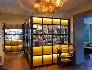 """Das Bild zeigt die verglaste Hotelküche im Hotel """"La Maison"""" im saarländischen Saarlouis."""