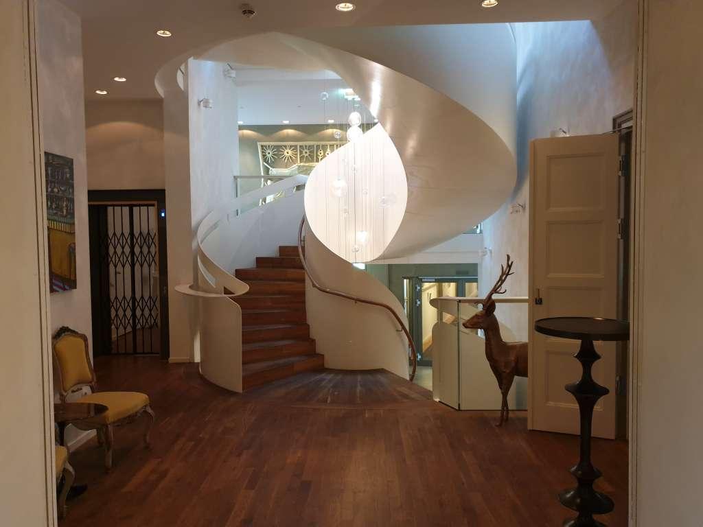 """das Treppenhaus im Hotel """"La Maison"""" im saarländischen Saarlouis"""