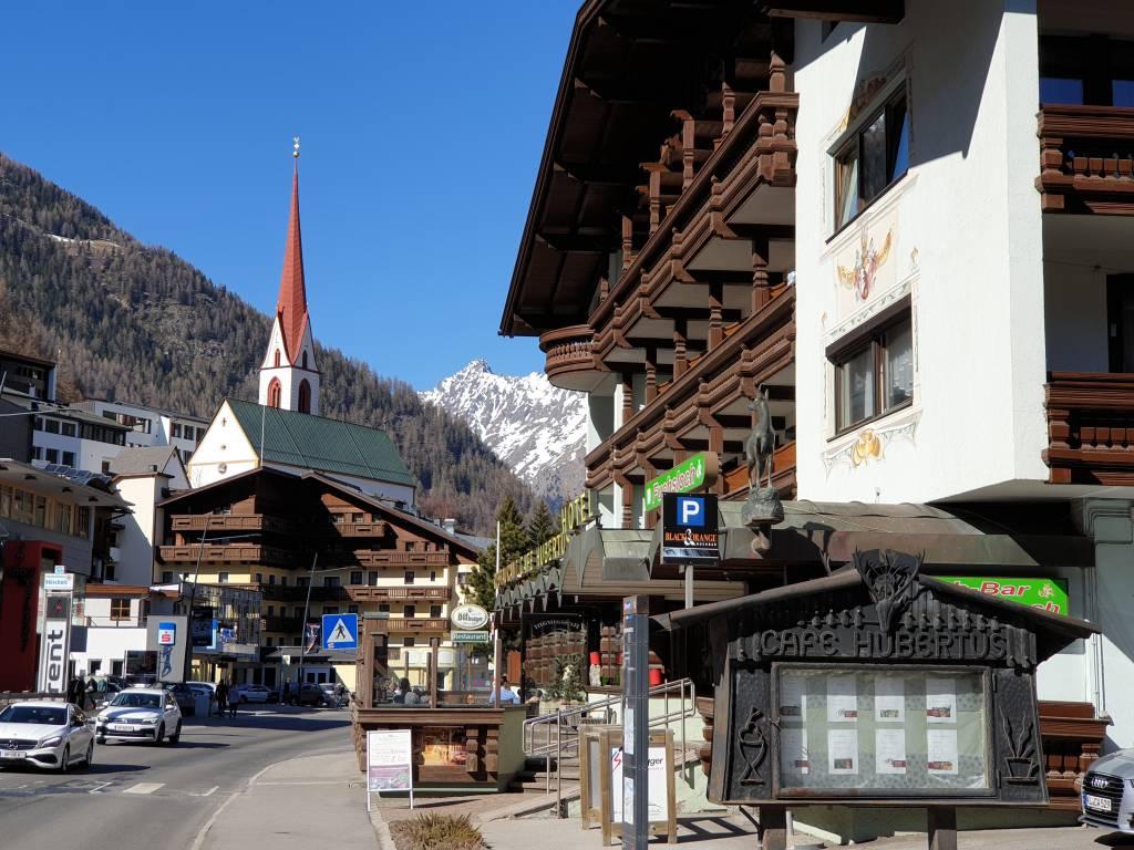 die Hauptstraße von Sölden, das Wintersportmekka in Tirol.