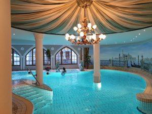 "Swimmingpool im Hotel ""Central"" im Tiroler Wintersportmekka Sölden"