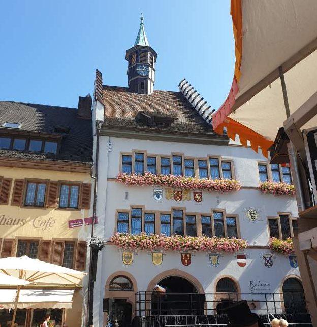 das Rathaus von Staufen, dem mittelalterlichen Städtekleinod im Breisgau