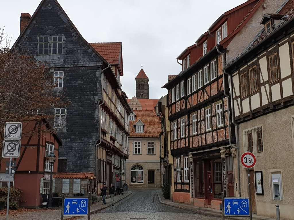 Der Schlossberg, größte Sehenswürdigkeit Quedlinburgs, überragt das Häusermeer.