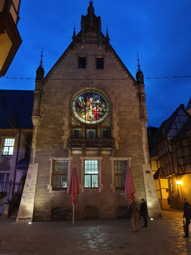 Anbau des Quedlinburger Rathauses mit Glasfenster