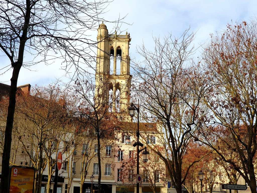 Turm der Kirche Saint-Maclou in Mantes-la-Jolie, Frankreich
