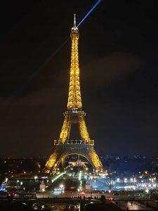 Der Pariser Eiffelturm bei Nacht