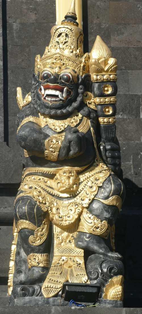 An jeder Ecke Balis blicken Götterstatuen auf die Menschen herab.