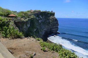 Über der Steilküste im Südwesten trhont der Uluwatu-Tempel in Bali