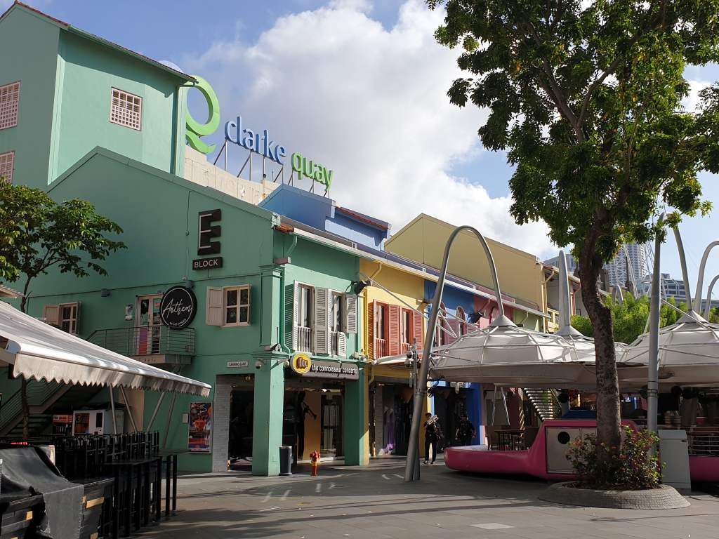 bunte Häuserfassaden am Clarque Quaie in Singapur