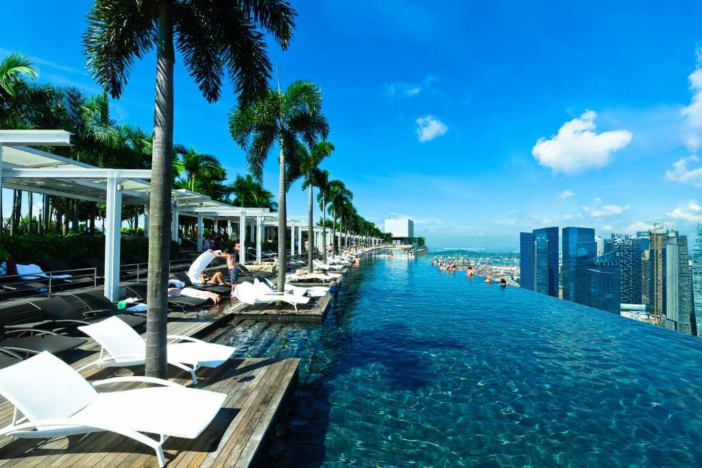 Fast 150 Meter lang ist der Infinity Pool des Marina Bay Sands in Singapur
