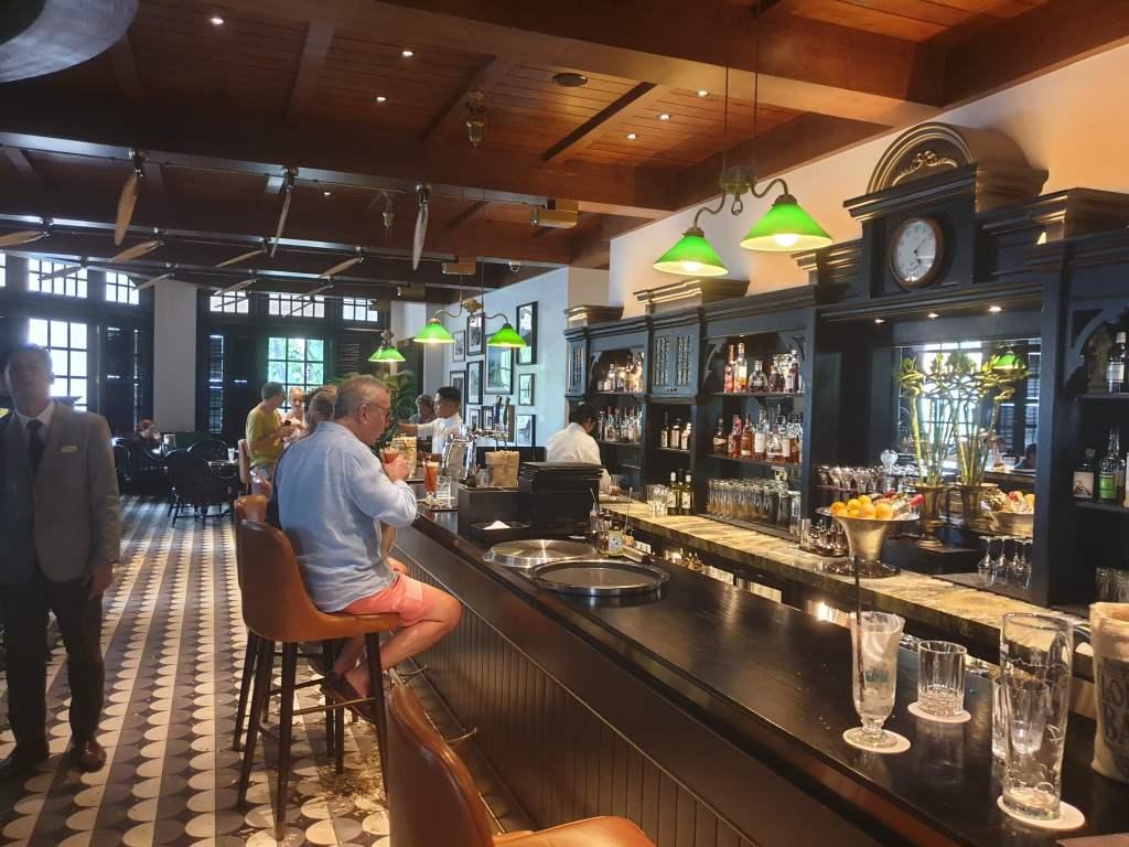 "In der Longbar des ""Raffles"" Singapur zechte schon Ernest Hemingway."