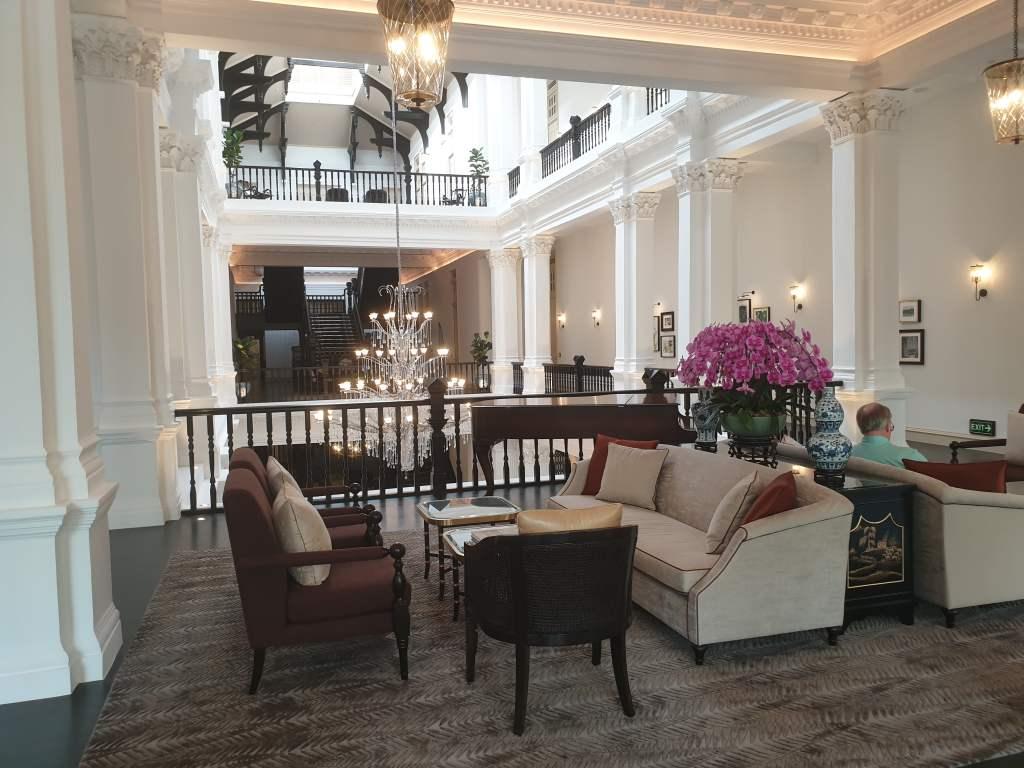 """Blick in die pompöse Lobby des """"Raffles"""" in Singapur"""