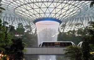 Irrwitziges Statussymbol: Im Changi Airport rauscht ein 40 Meter hoher Wasserfall in die Tiefe.