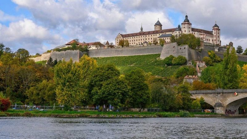 Blick auf die Festung Marienberg oberhalb von Würzburg