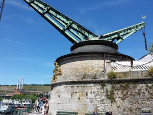 Der Alte Kranen von Würzburg stammt aus dem Jahr 1773 und steht am rechten Mainufer.