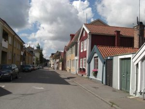 Kein Bild aus Corona-Zeiten: Vor Menschenmassen muss man sich in den typischen schwedischen Kleinstädten nicht fürchten.