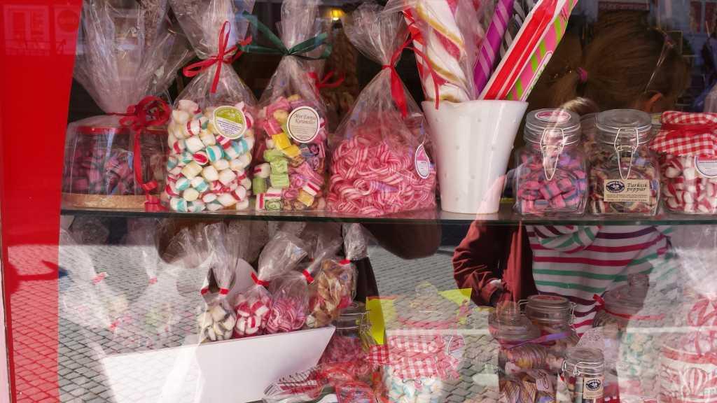 Die Kleinstadt Gränna am Vättern ist bekannt für die rot-weiß-gestreiften Zuckerstangen.