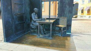 Das Denkmal für die Schriftstellerin auf dem Marktplatz von Vimmerby.