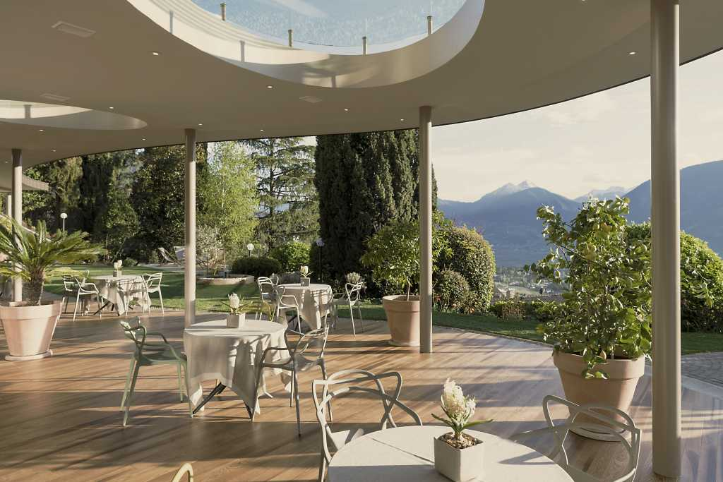die Terrasse des Hohenwart, wo man bei schönem Wetter abends speisen kann.