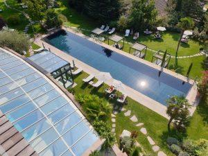 "Blick auf den 25 Meter langen Outdoor-Pool im ""Hohenwart""."