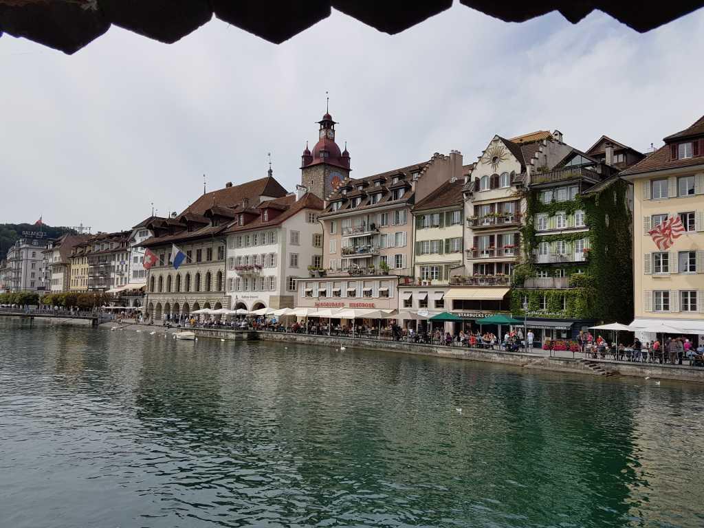 Luzern: Blick auf die Häuserfront an der Reuss.