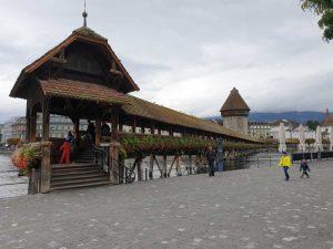 Das Wahrzeichen von Luzern: die Kapellbrücke, die nach einem Brand wiederaufgebaut wurde.