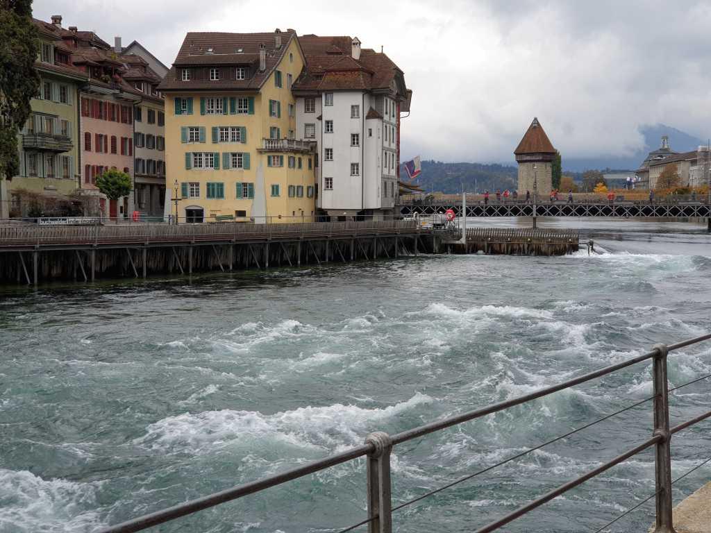 Blick auf ein Wasserwehr in Luzern, Schweiz