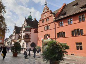 Das Alte Rathaus steht genau neben dem Neuen Rathaus – direkt am gleichnamigen Platz.