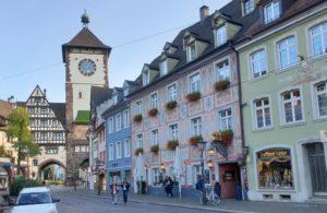 Straße Oberlinden mit Schwabentor in Freiburg
