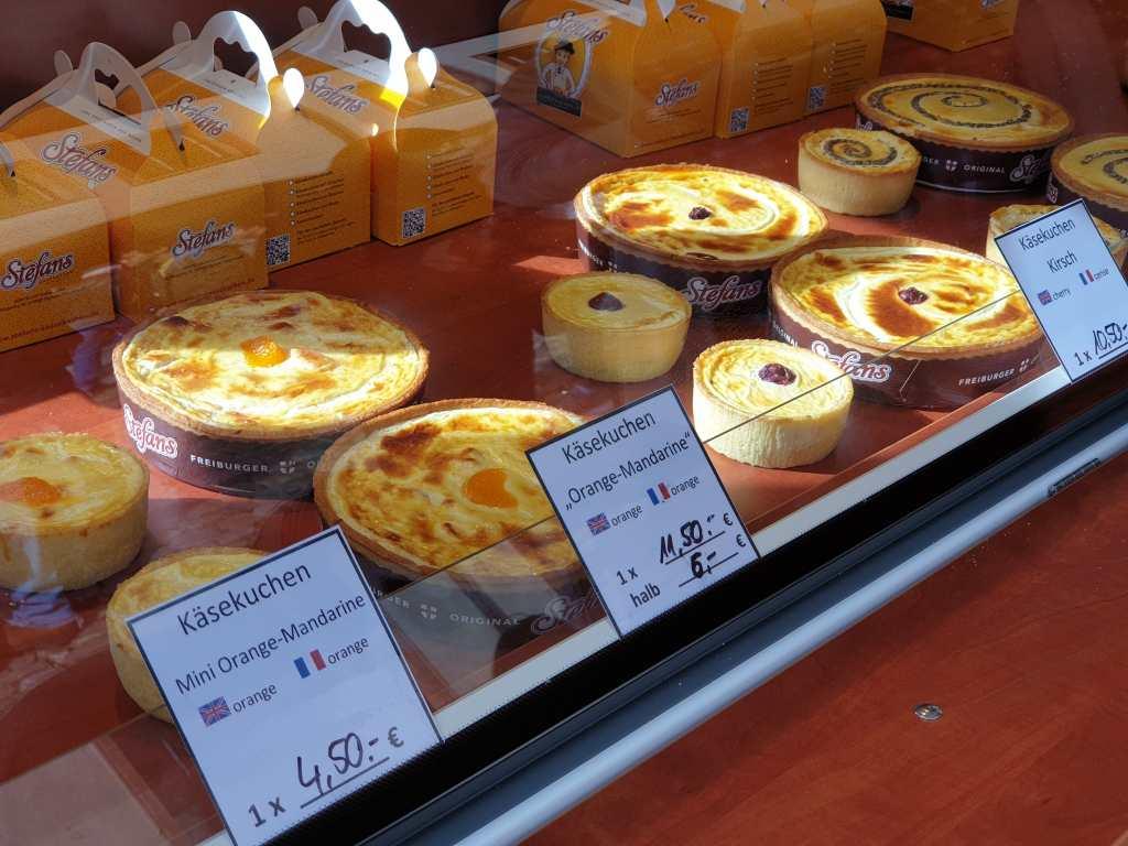 Stefans Käsekuchen auf dem Markt vor dem Freiburger Münster.