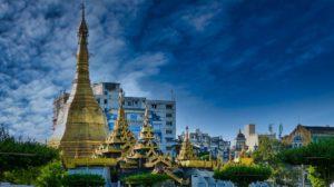 Mitten auf einer Kreuzung in Yangon im Myanmar: eine Pyramide
