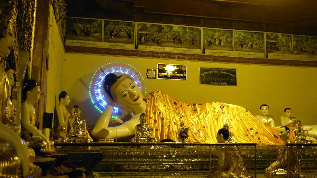Buddhastatue in einem Tempel in Myanmar