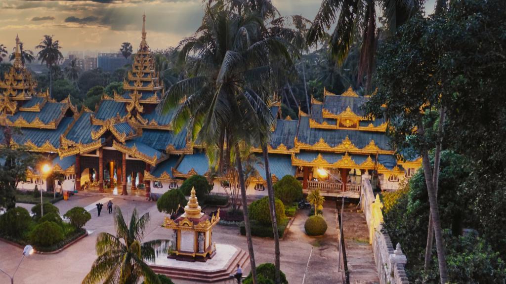 Eine Pagode in Yangon in Myanmar