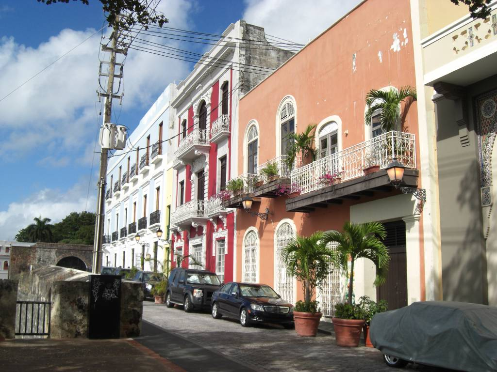 Straßenzug in San Juan, der Hauptstadt der Karibikinsel Puerto Rico
