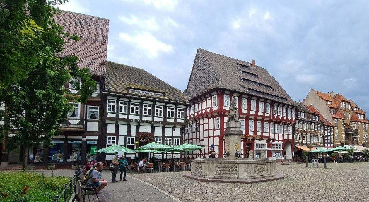 der Markplatz in Einbeck, Niedersachsen, mit dem Till-Eulenspiegel-Brunnen
